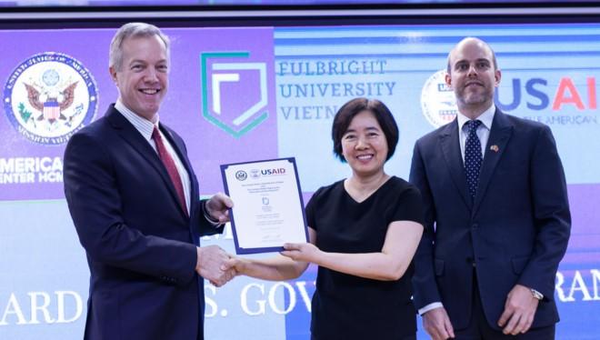 Đại sứ Ted Osius trao quyết định tài trợ từ USAID cho bà Đàm Bích Thuỷ, Chủ tịch ĐH Fulbright Việt Nam. Ảnh:Anh Nguyễn.