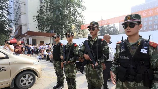 Cảnh sát Trung Quốc canh gác bên ngoài một trường trung học trong kì thi Đại học Quốc gia tại Trịnh Châu, tỉnh Hà Nam vào ngày 7/6/2014 (ảnh: Ibtimes)