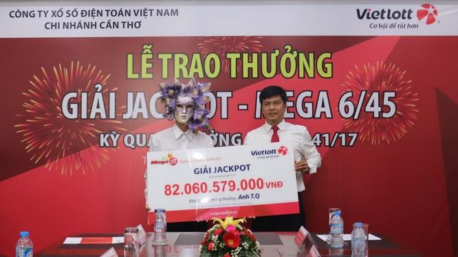 Ông T.Q chụp cùng ông Nguyễn Hải Thoại Giám đốc chi nhánh Cần thơ thuộc Công Ty xổ số điện toán Việt nam. Ảnh Vietlott