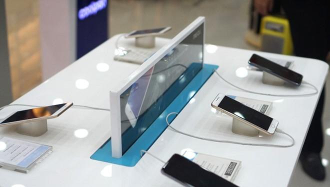 Smartphone từ một số thương hiệu tên tuổi đã biến mất khỏi các kệ hàng thời gian gần đây. Ảnh:Thành Duy.