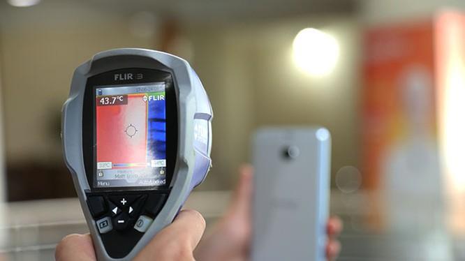 Camera nhiệt hồng ngoại để đo nhiệt độ của smartphone sau các hoạt động