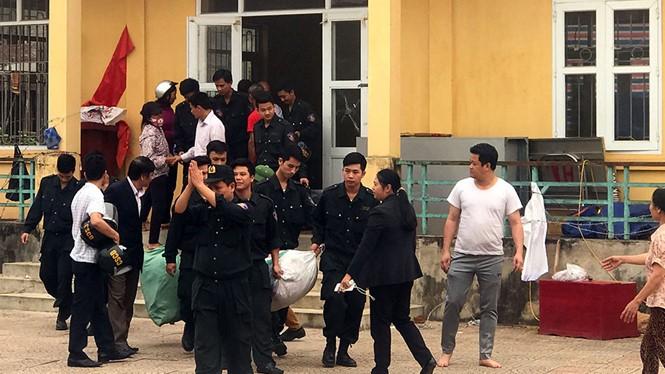 Các cán bộ, chiến sĩ công an được người dân thôn Hoành, xã Đồng Tâm, thả ra vào ngày 22/4.