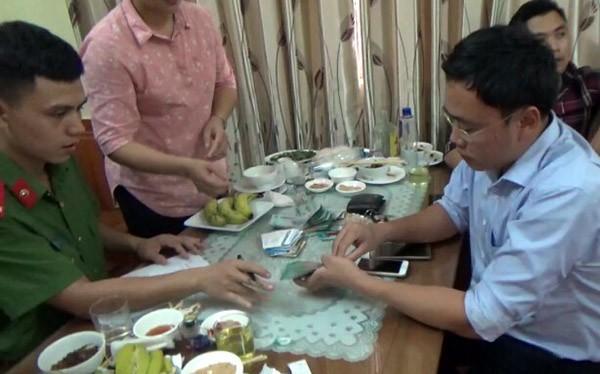 Nhà báo Duy Phong bị bắt giữ vì nghi ngờ nhận tiền của doanh nghiệp.