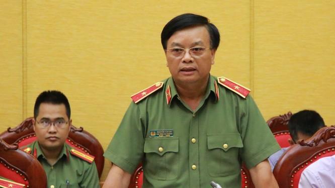 Ông Nguyễn Văn Dư, Phó tổng cục trưởng Tổng cục Hậu cần - kỹ thuật trả lời báo chí - Ảnh: Danh Trọng/Tuổi trẻ