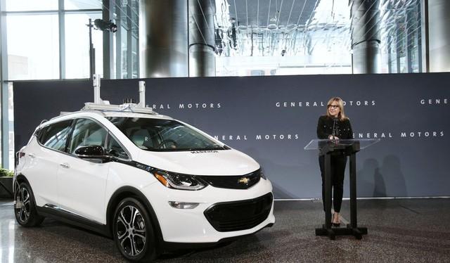 Bà Mary Barra, chủ tịch kiêm giám đốc điều hành của hãng General Motors công bố hãng Chevrolet bắt đầu thử nghiệm đội xe tự lái Bolt tại Michigan trong một cuộc họp báo tại Detroit - Ảnh: Reuters