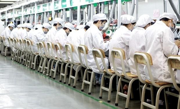 Một dây chuyền lắp ráp trong nhà máy Longhua của Foxconn tại Thâm Khuyến, Trung Quốc
