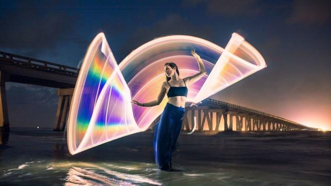 """PetaPixel viết rằng một nhiếp ảnh gia có tên là Zach Smidt, trú tại Houston, Texas, đã tự làm một ống bằng cách sử dụng """"tấm vải kim loại phản xạ 2 chiều"""". Nó bao gồm các lá kim loại phản chiếu lên một tấm vải thun trắng."""