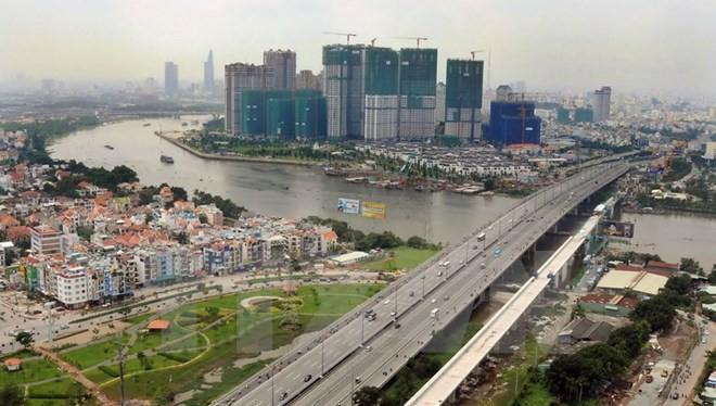 Cầu vượt đường sắt đô thị tuyến Metro số 1 vượt sông Sài Gòn. (Ảnh: An Hiếu/TTXVN)