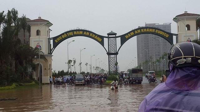Nhiều khu đô thị chìm trong biển nước sau cơn mưa lớn ở Hà Nội.Ảnh Tri thức trẻ