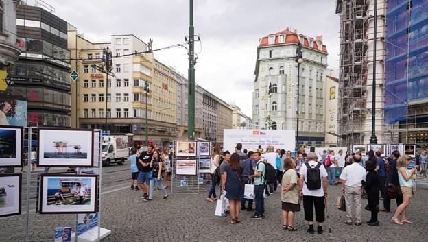 Triển lãm tổ chức trong không gian rộng lớn của quảng trường trung tâm Thủ đô Praha.