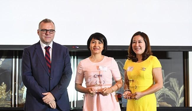 Đại diện PVcomBank nhận giải thưởng