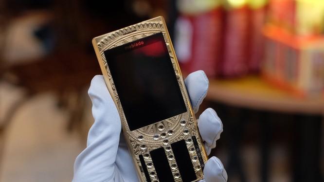 Mobiado Professional 3 GCB (giá từ 125 triệu đồng) Mobiado là thương hiệu điện thoại hạng sang nổi tiếng không kém Vertu ở Việt Nam. Nhưng khi Vertu khó khăn đến mức vừa phải tuyên bố phá sản Mobiado vẫn trụ lại khá vững ở thị trường điện thoại hạng sa