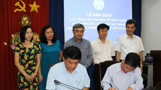 Thứ trưởng Nguyễn Minh Hồng trao Quyết định bổ nhiệm ông Lê Minh Trí - Ảnh: Hữu Vinh/Bộ TT&TT