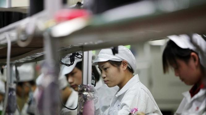 Công nhân làm trong nhà máy Foxconn, đối tác sản xuất iPhone của Apple