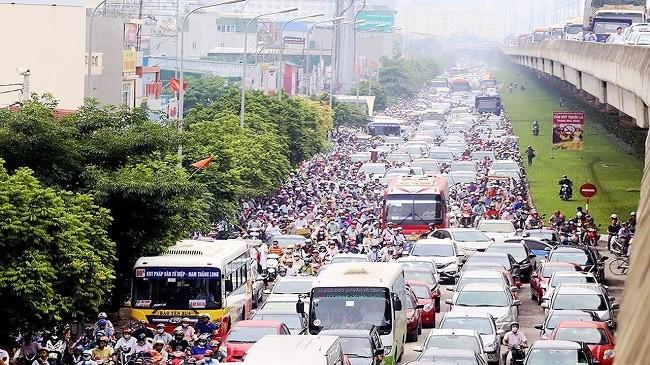 Tình trạng kẹt xe ở Hà Nội phần nhiều do mật độ dân số quá đông và phương tiện cá nhân đi kèm nhiều.