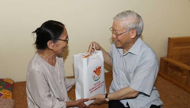 Tổng Bí thư Nguyễn Phú Trọng tặng quà cho người có công tại Trung tâm Nuôi dưỡng và điều dưỡng người có công số 2 Hà Nội.