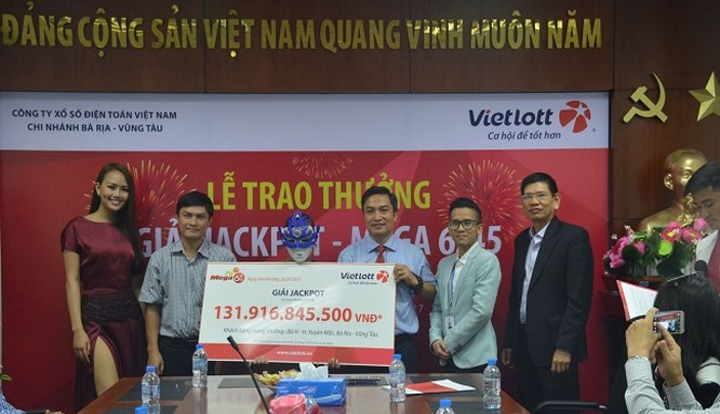 Nữ khách hàng may mắn đến nhận thưởng hơn 131 tỷ đồng. Ảnh Vietlott