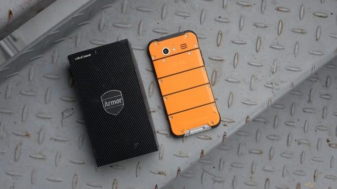 Đây là Ulefone Amor, mẫu điện thoại nổi tiếng với khả năng nồi đồng cối đá của thương hiệu Ulefone. Mẫu điện thoại này mới xuất hiện tại Việt Nam và hiện đang được rao bán với giá khoảng 4 triệu đồng.