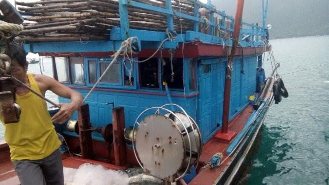 Chiếc tàu cá BĐ 31153 TS bị tàu nước ngoài truy sát . Nguồn Tuổi trẻ
