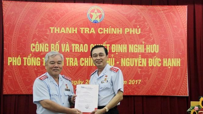 Tổng Thanh tra Chính phủ Phan Văn Sáu trao quyết định cho ông Nguyễn Đức Hạnh.