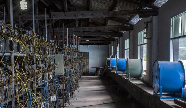 Một loạt máy đúc tiền Bitcoin ở Quý Châu, Trung Quốc - Ảnh: NYT