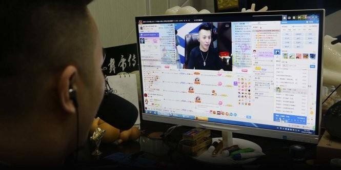"""Yu Li, còn được gọi là """"Yu lão đại"""" trong chương trình của mình. Với tầm phủ sóng như hiện tại, Yu chỉ cần live-stream mỗi ngày vài giờ là có thể đút túi cả trăm ngàn đô - Ảnh chụp màn hình"""