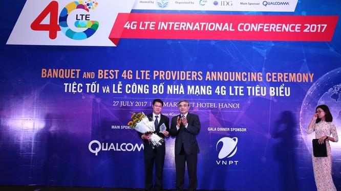 """Lãnh đạo VinaPhone nhận danh hiệu """"Nhà mạng 4G có chất lượng Chăm sóc khách hàng tiêu biểu"""" do thứ trưởng Bộ TT-TT Nguyễn Minh Hồng trao tặng."""