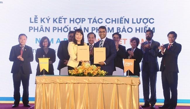 Bà Lương Thị Cẩm Tú – Tổng Giám đốc Nam A Bank và Ông Anantharaman Sridharan, Tổng Giám đốc FWD cùng ký kết hợp tác chiến lược phân phối sản phẩm bảo hiểm.