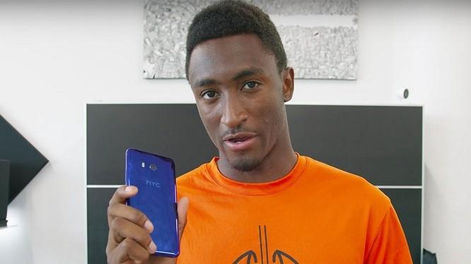 Youtuber nổi tiếng Marques Brownlee với chiếc HTC U11 trên tay (ảnh: BusinessInsider)