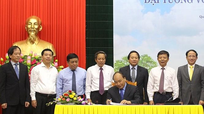 Thủ tướng Nguyễn Xuân Phúc thực hiện nghi thức ký và đóng dấu lưu hành bộ tem. Ảnh: VNPost.