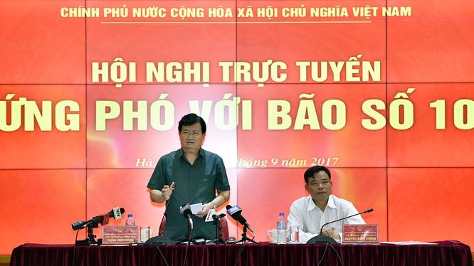 Phó Thủ tướng Trịnh Đình Dũng chủ trì hội nghị trực tuyến về các giải pháp khẩn cấp ứng phó bão số 10.