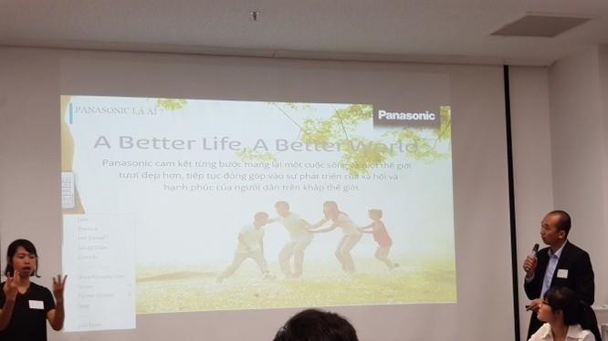 Đại diện Panasonic giới thiệu về các giải pháp cho người Điếc và Khiếm thính tại hội thảo