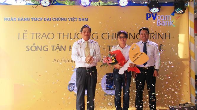 Chị Lê Thị Ánh Hồng trúng giải xe máy Vespa Primavera