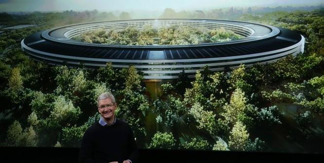 CEO Apple Tim Cook cùng trụ sở mới hoàn thiện - Ảnh: Business Insider