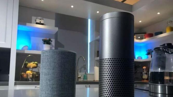 Amazon Echo thế hệ thứ 2 (bên trái) và thế hệ đầu tiên (bên phải)