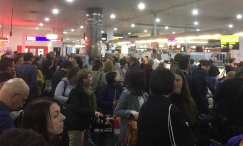 Hành khách chờ hệ thống máy tính phục hồi tại sân bay Melbourne, Australia. Ảnh: Twitter.