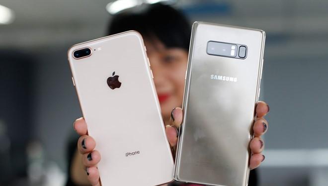 Giá smartphone cao cấp đã chạm mốc 1.000 USD trong năm nay. Ảnh:Khương Nha.