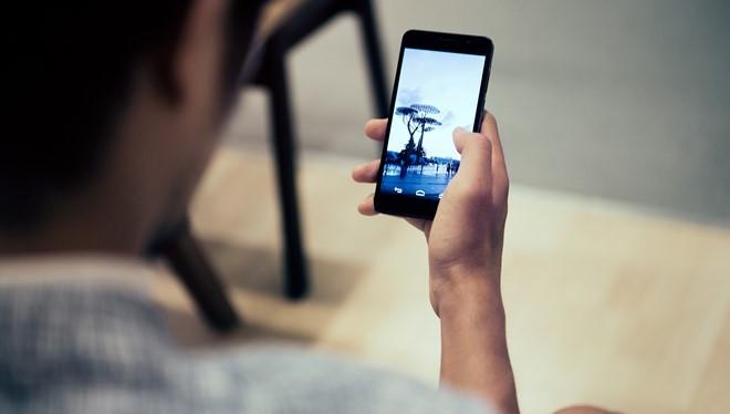 Các đầu ngón tay của người thường xuyên dùng smartphone có nguy cơ nứt nẻ.