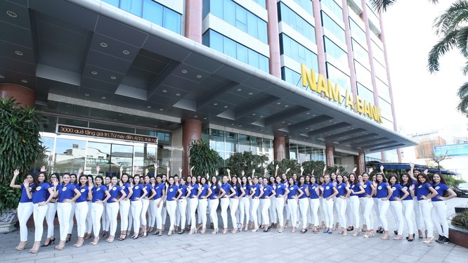 70 thí sinh Hoa hậu Hoàn vũ Việt Nam chụp hình lưu niệm tại Hội sở Nam A Bank.