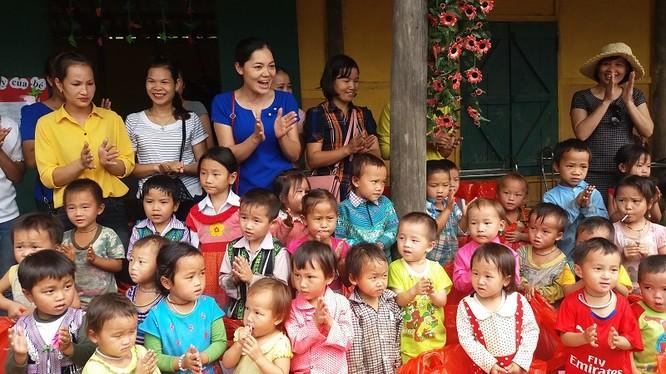 Cô Phạm Thị Châm (áo xanh) và các em học sinh điểm trường Tả Liềng trường Mầm non Cốc Mỳ số 2 huyện Bát Xát Lào Cai. Ảnh: Anh Tuấn.