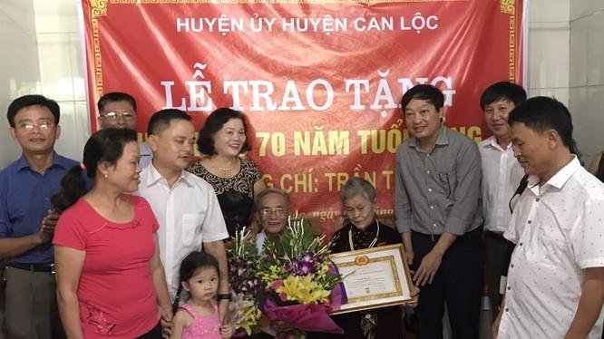 """Bà Trần Thị Quỳ trong Lễ đón nhận """"Huy hiệu 70 năm tuổi Đảng"""". Ảnh: Quang Trần."""
