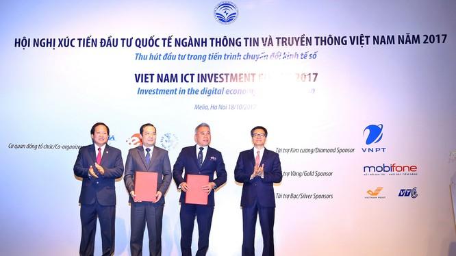 Đại diện IBM và VNPT trao biên bản ghi nhớ hợp tác dưới sự chứng kiến của Phó Thủ tướng Chính phủ Vũ Đức Đam và Bộ trưởng Bộ Thông tin và Truyền thông Trương Minh Tuấn. Ảnh: VNPT