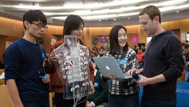 Mark Zuckerberg gặp gỡ sinh viên trường Quản lý Kinh tế Tsinghua hôm 28/10. Ảnh:Facebook.