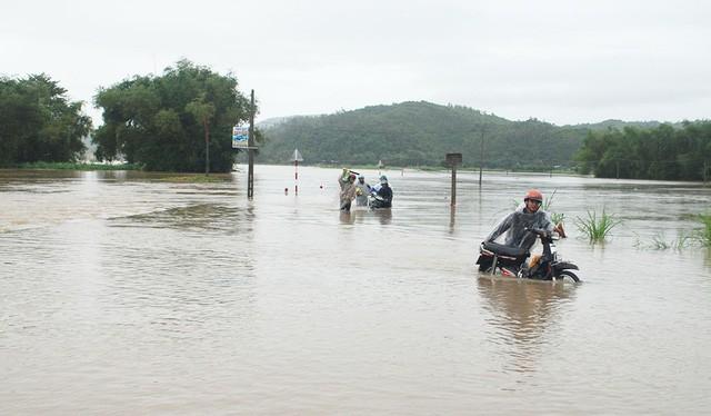 Ngập lụt tại huyện Tuy An, tỉnh Phú Yên - Ảnh: KHẮC NHO