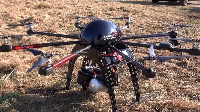MultirotorEagle V2(33.940 USD): Chiếc drone này nặng 4,5 kg, có thể mang vật 2 kg. Thời gian bay tối đa 10 phút ở tốc độ 58 km/h trong phạm vi 1 km. Nó kết hợp với cụm gimbal máy ảnh cầm tay 3 trục Freely MoVI M5 nhằmđạt sự ổn định khi bay.