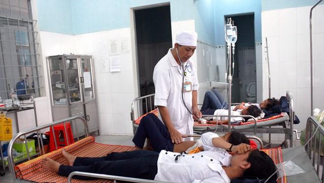 Hàng chục em học sinh đang được điều trị tại bệnh viện huyện Sa Thầy. Nguồn: Zing