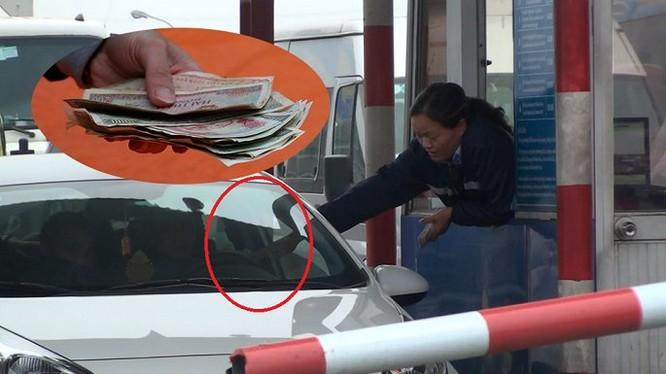 Tài xế dùng tiền lẻ mua vé qua trạm thu phí số 1 quốc lộ 5 sáng 11/12. 