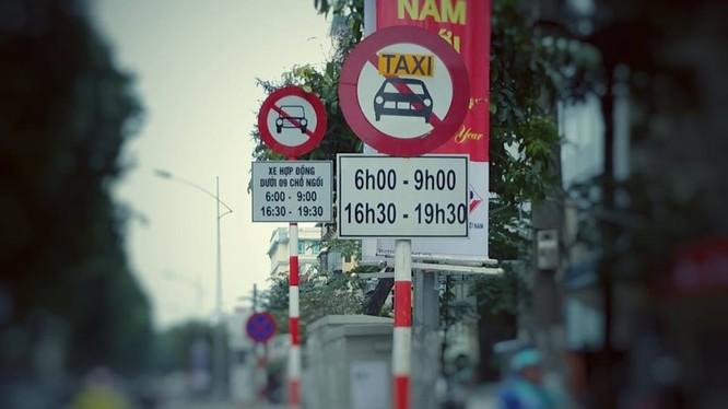 Biển cấm đã được lắp đặt hoàn tất ở 13 tuyến phố tại Hà Nội. Ảnh: T.T.Dương.
