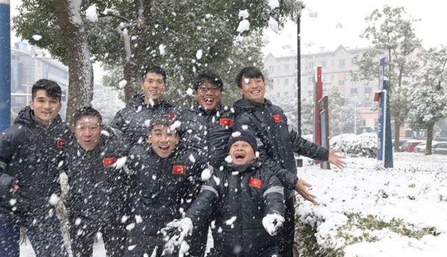 Cầu thủ U23 Việt Nam cùng đùa nghịch dưới tuyết. Nguồn: YouTube