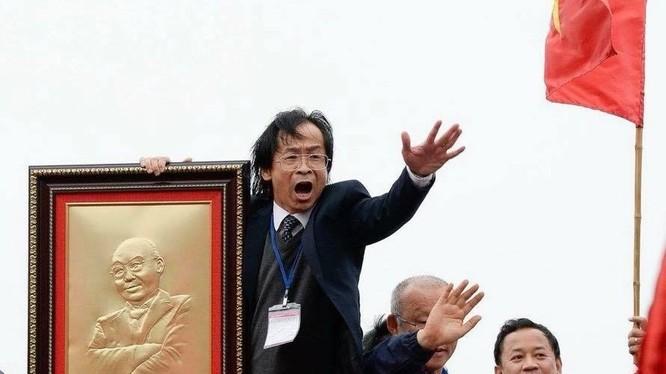 Ông Nguyễn Lân Trung trên chuyến xe đón đoàn U23 Việt Nam. Nguồn: Vietnammoi